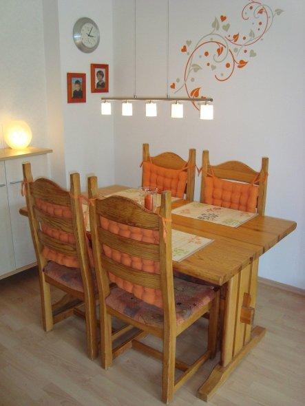 Unsere Eßecke (Tisch und Stühle sind uralt, da habe ich schon als Kleinkind gegessen ;)   )