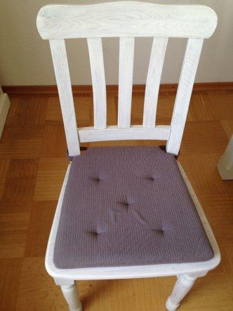 Endlich sind alle Stühle fertig. Sehen in weiß doch wesentlich besser aus als in Kiefer.