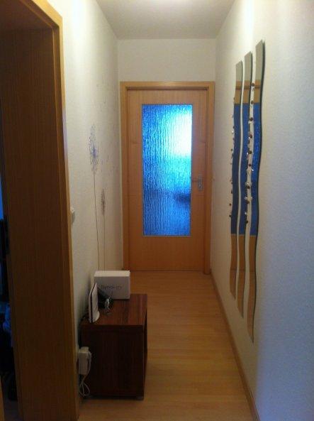 Flur mit Blick Richtung Wohnzimmer. Da der Flur sehr schmal ist kann ich leider nicht sehr viel dekorieren. Links habe ich ein Wandtattoo angebracht u