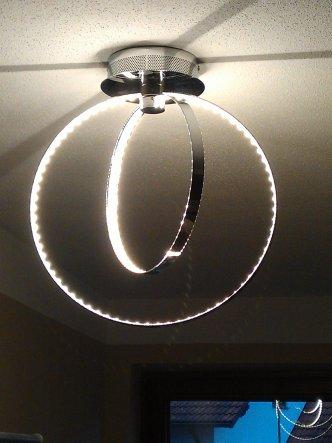 unsere einer Flurlampen - ich mag die Lampe. Man kann sich auch in alle Richtungen drehen !