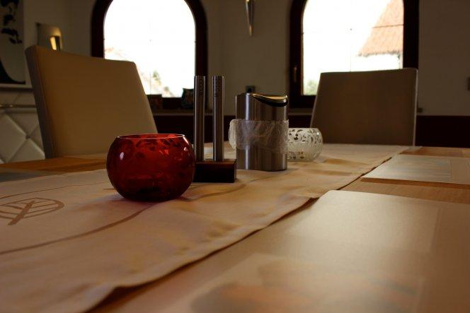 Teelichter, Salz & Pfeffer und ein Tischabfall