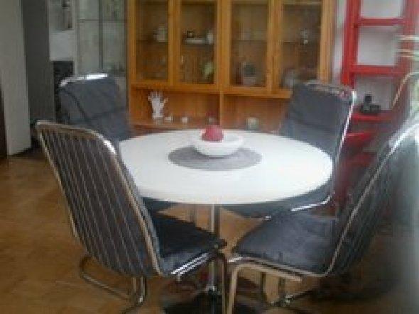 Der Tulip Tisch,sowie die Freischwinger Stühle sind aus den 70er Jahren--stammen aus meinem Elternhaus,ich habe als Kind schon am Tisch gesessen---nun