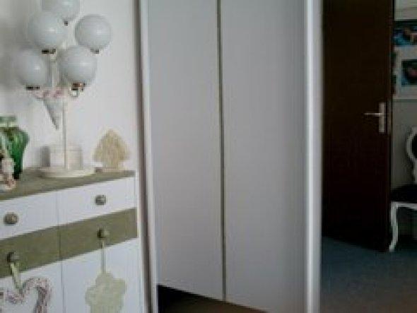 Der Kleiderschrank ist riesengroß,ich habe nur 1 Tür aufs Bild bekommen.Der Schrank war mal Kiefer--ich habe ihn geweißt,und mit einer Velourbordüre i