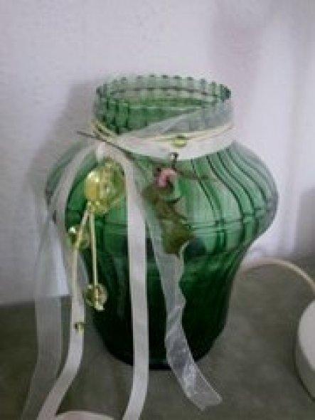 Die Vase habe ich vom Flohmarkt--mit Bändern und Perlen verschönert kann sie sich sehen lassen...