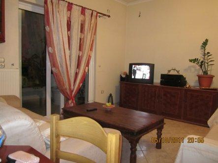 Hier seht ihr ein Sideboard aus Rosenholz mit Tv und Wohntisch aus Teakholz