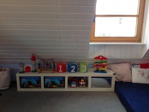 Selbst unter der Schräge haben wir noch Stauraum für Spielsachen geschaffen. Hier kommt auch unser Kleiner ganz alleine dran.