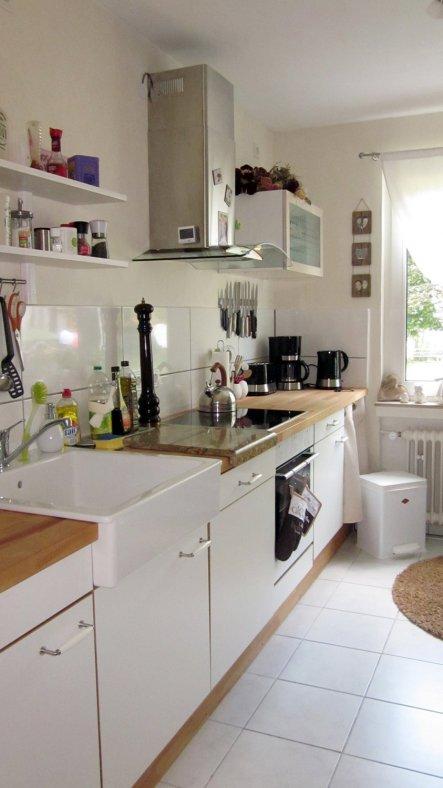 Die Küchenmöbel haben doch schon tatsächlich 4 Umzüge und zahlreiche Variationen auf den Buckel. Mit Hilfe neuer Elektrogeräte, Keramikwaschbecken und