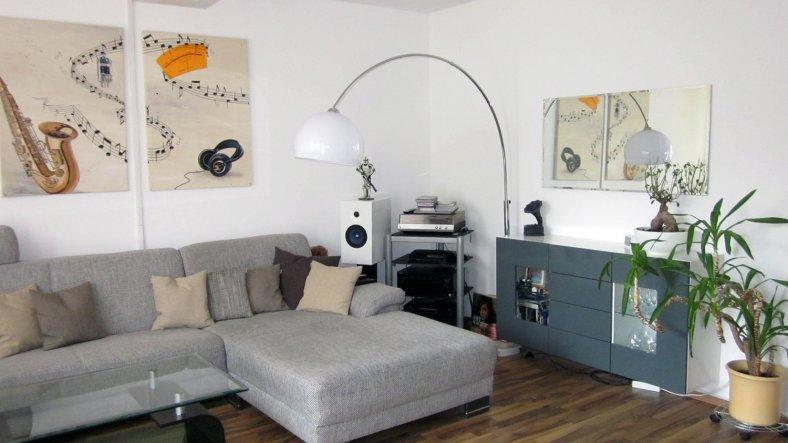 Das Wohnzimmer ist zugleich Musik- und Kinoraum. Leinwand & Beamer sind integriert - dass mein Freund viel Wert auf Dolby Surroundsound legt ist w