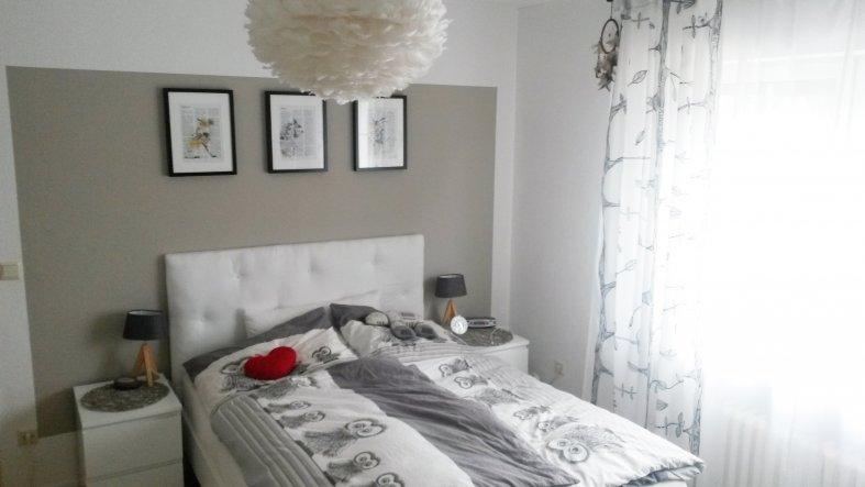 Neue Bilder und eine selbstgebaute Bett-Rückwand zieren jetzt das Schlafzimmer