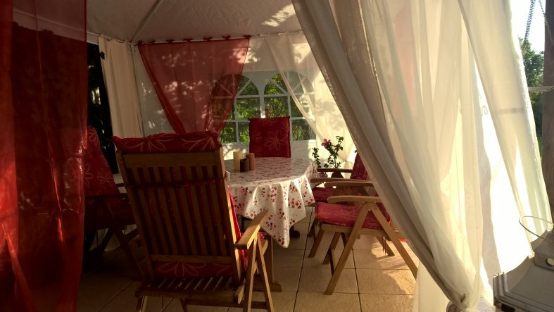Wir verlängern das draußen sitzen mit einem Pavillon unter der Terassenüberdachung. So sind wir auch vor Wind geschützt.