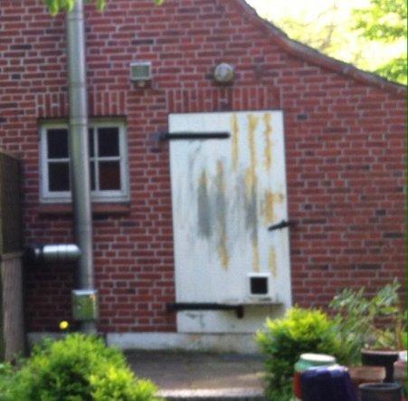 Mit alter Holztür und altem Fenster mit bunten Scheiben....