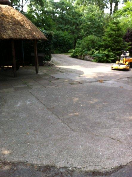 Der Blick zur Reetslaube, so sieht der Hofplatz aus wenn er frisch mit dem Laubpuster gemacht worden ist...