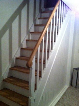 Das Treppengeländer ist nun auch wieder dran, nun muss die Treppe noch einmal nachgebessert werden und fertig ist das gute Stück