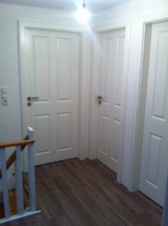 Die Türen sind nun auch drin und ich liebe sie, durch die hellen Türen wirkt es nicht mehr so klein