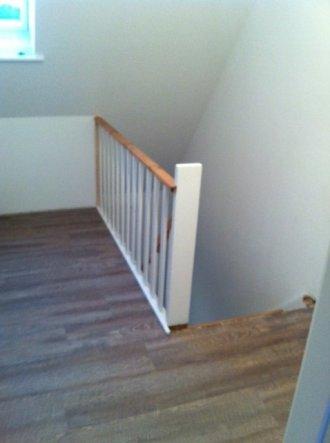 Das Treppengeländer ist nun komplett fest und muss noch einmal gestrichen werden, achso und der Fußboden ist auch drin