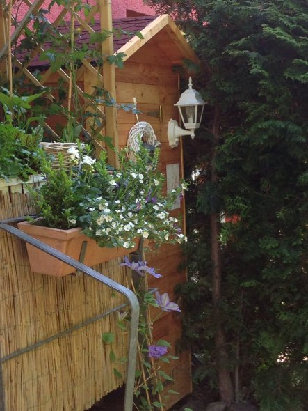 Kleiner Garten, kleiner Schuppen. Eher ein Schrank, aber äußerst praktisch. Gebaut Sommer 2013