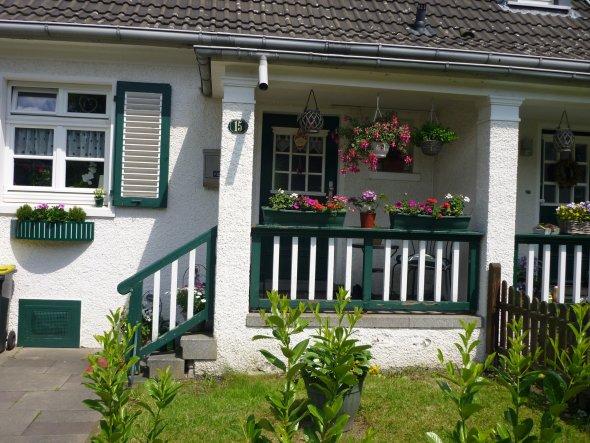 """Hier der Eingangsbereich von unserem denkmalgeschützten Siedlungshaus - der """"Vorgarten"""" soll natürlich nicht so bleiben, im nächsten Frühjah"""