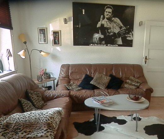 Couchecke im Wohnzimmer - die beiden alten Couchen sind das nächste, was ausgetauscht wird...