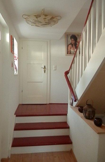 Der Flur zum Gäste-WC und in die oberen Räume.