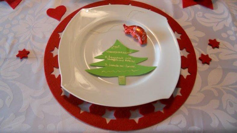 Hier habe ich aus grünem Pappkarton einen Tannenbaum ausgeschnitten und mit Goldstift das Weihnachtsmenü draufgeschrieben.