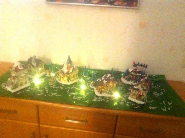 Weihnachtsdorf auf einer Kommode