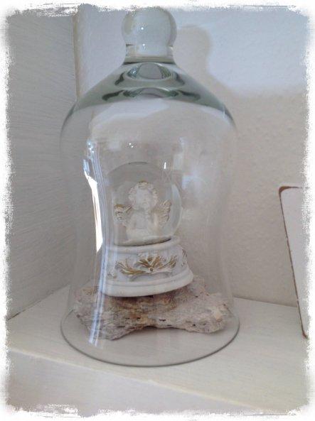 Kleiner Engel unter der Glashaube, steht in meinem Shabbyregal.