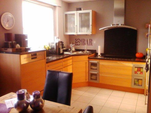 Unsere Küche ist aus Edelbuche mit einer schwarzen Granitplatten. Da wir eher im Landhaus Stil eingerichtet sind, finde ich es wichtig mit Edelstahlel
