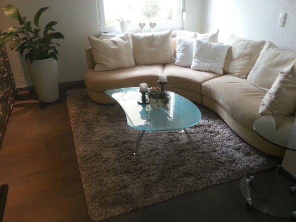 Es müssen noch ein paar Bilder und Regale an die Wand. Und ein paar neue Kissen aufs Sofa.