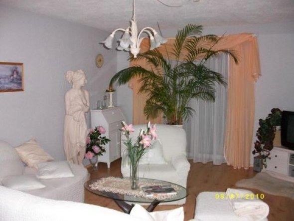 Wohnzimmer in orange .Hier hatte wir noch die alte Couch.Wir haben sie mit weissen Überzügen freundlicher gemacht.Später haben wir die Coutsch gegen e