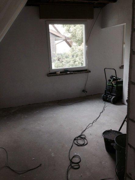 18.06.2015: Fer Blick ins vordere Zimmer, mittlerweile gespachtelt aber die Decke fehlt noch.