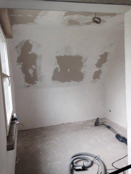 18.06.2015: Das hintere Zimmer sieht auch schon wohnlicher aus. Der Durchgang bleibt offen ohne Tür.