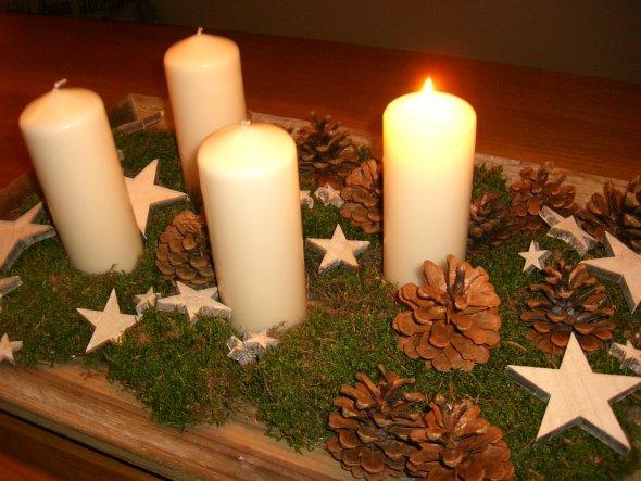 Mein Adventskranz einmal anders..ein Vintagetablett mit ganz viel Moos, Holzsternen und Tannenzapfen. Dazu cremefarbene Kerzen.