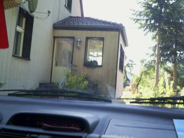 ich habe doch tatsächlich noch ein Bild vom Zustand 2010 gefunden. Mit der alten undichten Balkontür, die von aussen nicht zu öffnen war. Die baufälli