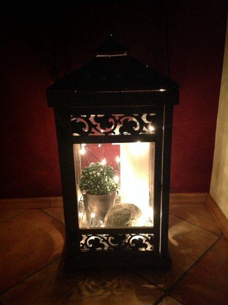 Laterne mit Lichterkette und Deko. Abends eine schöne, romantische Lichtquelle.
