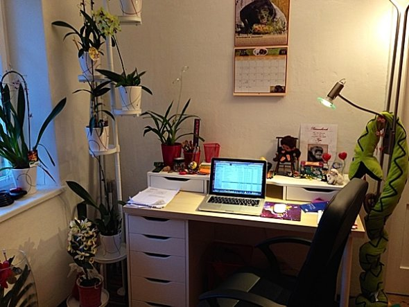 Nach einiger Zeit wurde noch ein wenig umgestellt und es kam ein Schreibtisch dazu.