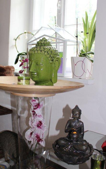 Diesen Teller habe ich mit Sand gefüllt und diesen Buddha und eine Kerze reingestellt. In die Vase habe ich eine Seidenorchidee rein!
