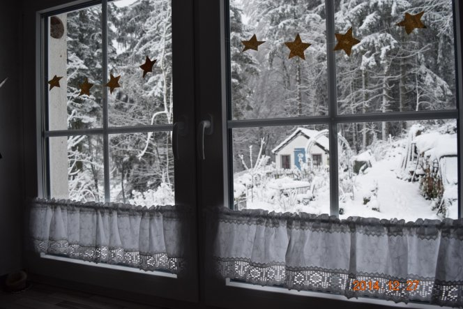 Blick aus dem Küchenfenster. Im Häuschen  wohnen die zwei Zwergziegen Merlin und Willi.