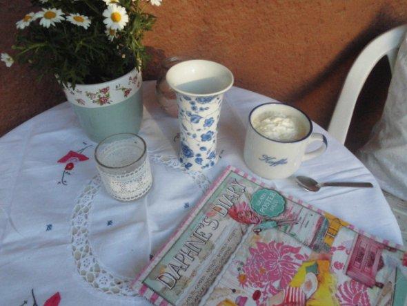 Diese süße gestickte Tischdecke hab ich heute für 3 Euro ergattert....ich hoffe ich werde noch viele  gestickte Sachen für die Wohnung finden.