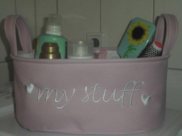 Ich hab nicht viel Ablage in meinem Mini Bad, deswegen hab ich diesen süßen Korb gekauft welcher auf der Waschmaschine steht....