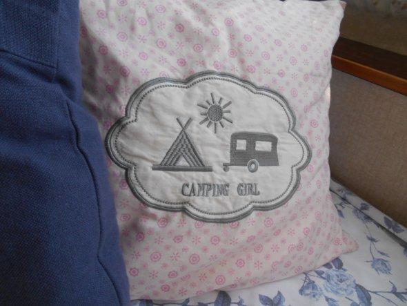 Das Kissen habe ich vor Jahren von meinem Mann geschenkt bekommen, es begleitet mich zu jedem Campingurlaub!