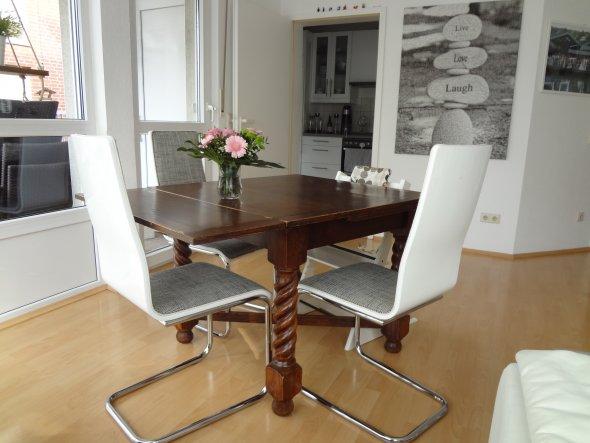 Antiker, ausziehbarer Tisch, der schon bei meiner Mutter im Esszimmer stand.  Ich mag: Die bequemen Stühle, die wir zufällig perfekt pas