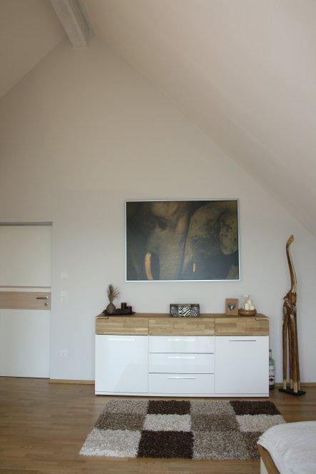 .. hier sieht man unsere tollen hohen Wände & meine neue Lieblingskommode passend zum Bett.  War eine Kunst die passenden Möbel zu finden ... ich
