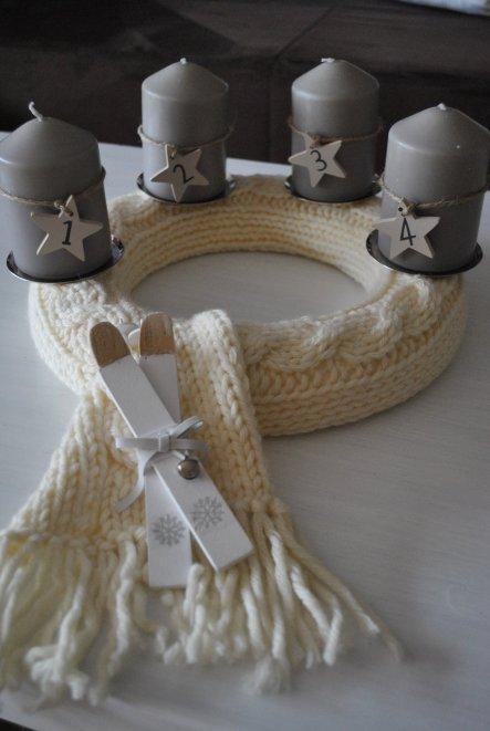 Unser Adventskranz ist dieses Jahr eher schlicht gehalten...den wunderschönen Schal mit Zopfmuster hat mir meine Freundin gestrickt. und um einen Styr