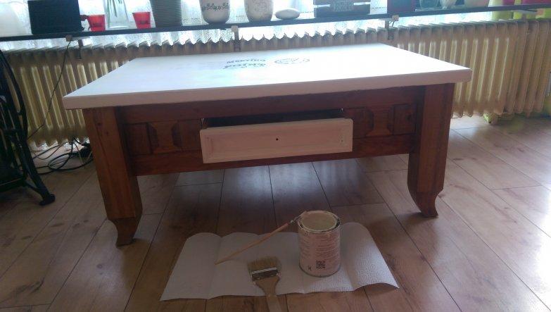 Weiße Deckplatte, weiße Schublade und ein Schriftzug auf der Oberfläche....