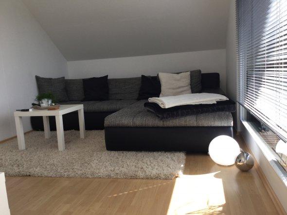 Unser Wohnbereich. Hier werden noch einige Kissen hinzukommen und auch ein kleines Glasbild an der rechten Wand, um für etwas mehr Gemütlichkeit zu so