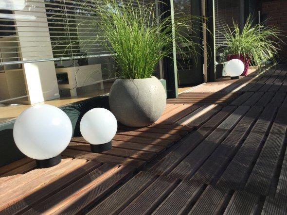 Der runde Steintopf war um 50 % reduziert und musste einfach mit :) Ebenso die Solarkugeln aus dem dänischen Bettenlager!