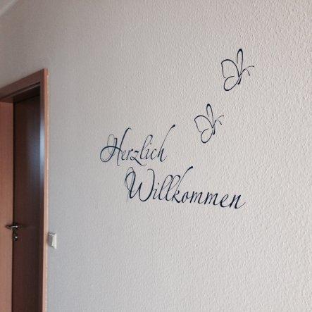 Herzlich Willkommen - mein Wandtattoo von www.wandtattoos.de in der Farbe blau, passend zu den Sitzkissen der Garderobe.