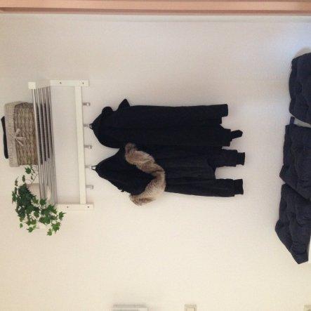 Die Garderobe ist von IKEA und passt perfekt in den kleinen Flur. Ein echter Efeu hat aufgrund der Lichtverhältnisse nicht überlebt, deshalb ziert nun