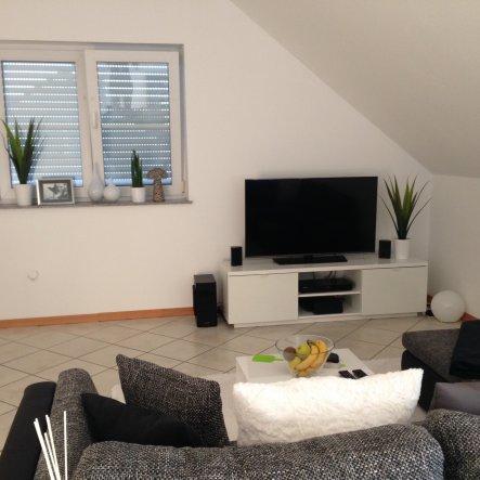 Ein Blick vom Essbereich zum Fernseher. Den Wohnbereich habe ich in weiß/grau gestaltet und die Möbel in hochglanz weiß.