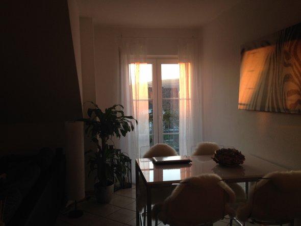 Der Essbereich (natürlich von IKEA) im Sonnenuntergang mit Blick auf den kleinen Balkon. Ich liebe diese Stühle mit Lammfell - einfach gemütlich! Auch